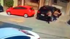 年轻妈妈带小孩出门£¬刚开车门£¬就有两男子直接劫车£¡