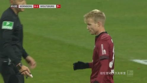 纽伦堡VS沃尔夫斯堡:白队33号抢球时被撞到,白队获得定位球