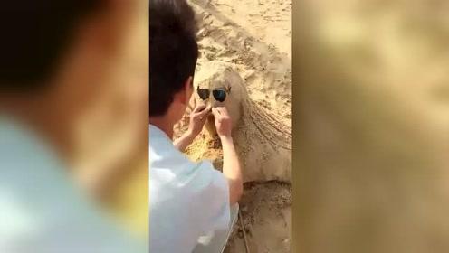 """奇葩男子沙滩弄了个""""美女""""!笑喷了"""