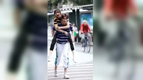 街头拍到的一对小情侣,嬉闹的样子让人羡慕,是多少人理想中爱情