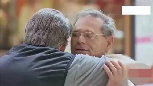 老外恶搞:街头小伙给路人拥抱,美女这个拥抱