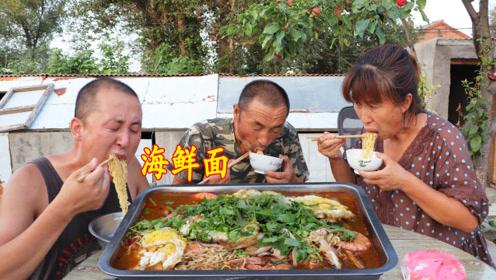 4包方便面,弄点小海鲜,做一锅海鲜面,汤浓面香,味真美