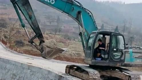 挖掘机司机:给挖机洗洗澡,然后我们一起继续奋斗,为生活努力