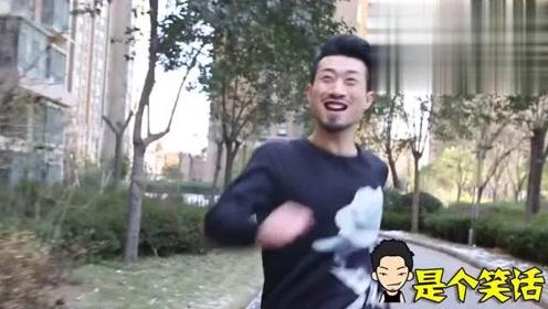 搞笑剧:小伙子手机被抢,他只想拿回自己的手
