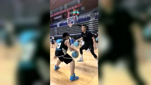 篮球干货教学来了,郭艾伦现场教你运球技巧,遇到这样的陪练我也能打CBA