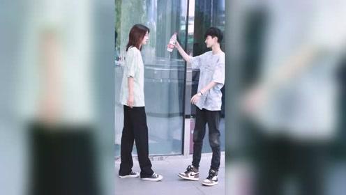 起床第一条视频就是这么虐的吗,甜甜的爱情什么时候可以轮到我杭州街拍