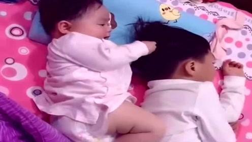 自从有了二胎妹妹,哥哥想睡觉都难了,真是太搞笑了