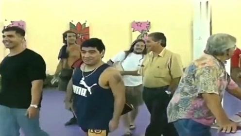 上帝之手,马拉多纳1996年踢野球罕见视频,这水平如何