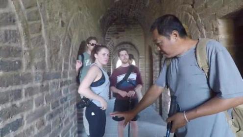 外国人游中国长城,还在长城上烧烤露营