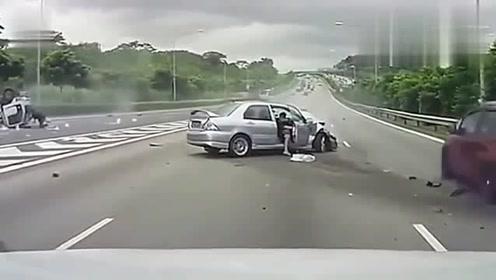 女司机高速任性变道,,下一秒哭都来不及,,记录