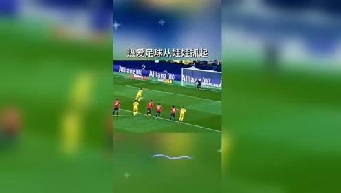 西甲小球迷看到进球热情庆祝,热爱足球不分年龄
