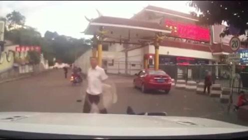 追尾行人的越野车,你是在闭着眼睛开车吗?要不是视频谁信!
