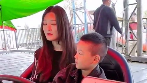大衣哥的儿媳妇在游乐场,领着弟弟玩碰碰车,怎么没看见小伟的身影!