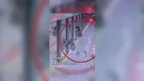 妈妈把婴儿车推上地铁,转身拿行李却发现已关门,车内是两岁宝宝