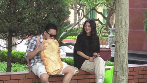 越南恶搞:小伙街头拿着大面包大口开吃,下一幕美女的反应太逗了
