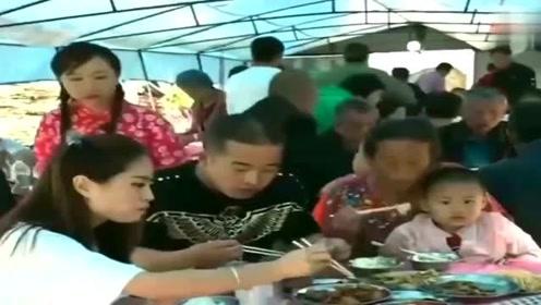 广东小伙正在吃酒席,结果美女突然就做出这动作,一脸懵