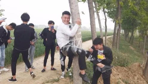 实拍农村小伙结婚,新郎被朋友绑树上恶搞,这