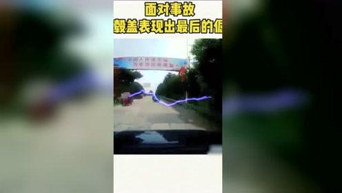 猝不及防转弯的三轮车,害的视频车轮毂都出来了