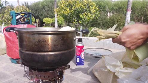 哈弗h9自驾游西藏,露营地与车友煮了一锅红薯与玉米,吃的很开心