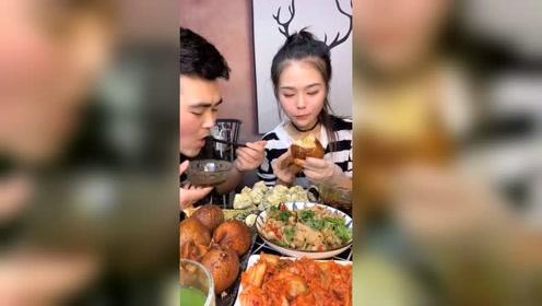 萱萱和哥哥开饭了,羊脑与水晶包吃得津津有味的,馋到你了吗?