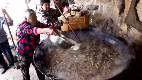 河南大娘山顶上做美食,1米5大锅做满,这传统老味很多人都没喝过