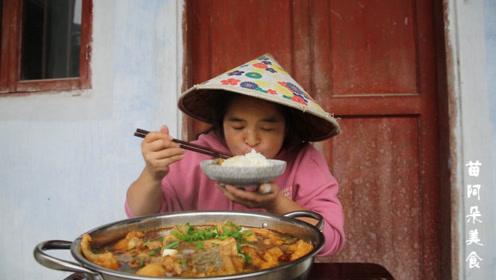 苗大姐吃条火锅鱼,曝光摄影师体重,果然胖子都是吃出来的