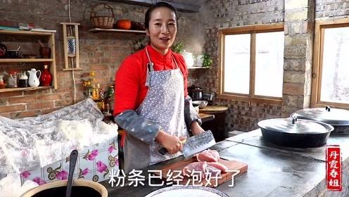 农收季节,春姐做猪肉烩粉条改善伙食,弟弟说干完活这么吃真过瘾