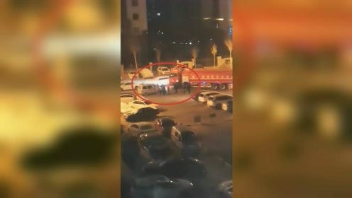 太赞!消防车出警被违停车辆堵住,焦急时刻一群人冲出将车挪走