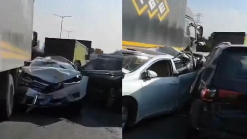 深圳机荷高速11车相撞,后车路过一个举动救了自己,事故瞬间曝光