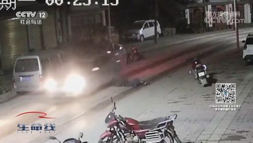 醉酒男子骑摩托车撞上小轿车,又遭好友二次辗轧,咋回事