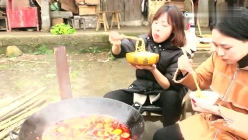 小妹和姐姐想吃火锅,130块钱弄了一大锅,一次全吃光好过瘾
