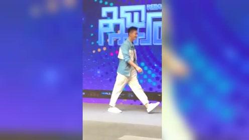 韩庚这是在走台步吗?跟着调子走起来,网友:笑起来好甜!