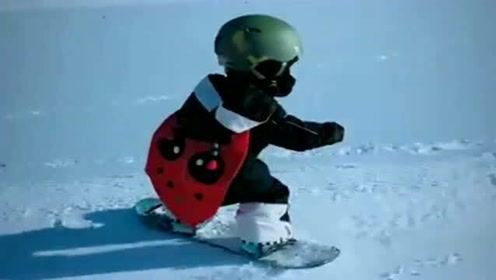 两岁的小朋友滑雪太棒了,带上个小披风,真是