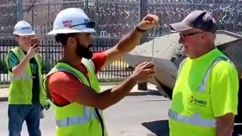 国外工人在干活时也不消停,居然开始对包工头