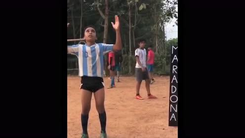感动!印尼小球迷模仿马拉多纳 经典重现对阵尤文的任意球致敬传奇