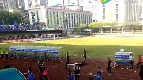 惊!足协杯赛场现群殴,场面惨烈!
