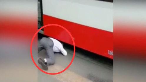 热点社会:碰瓷老人钻公交车底,不幸身亡