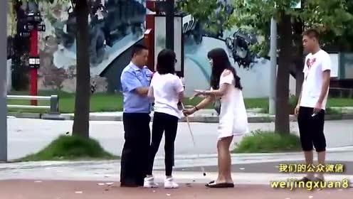 街头测试:女孩装瞎子街头摔倒 被人们的反应暖