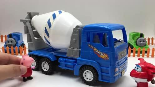 工程车玩具视频 超级飞侠小猪佩奇托马斯小火车围观