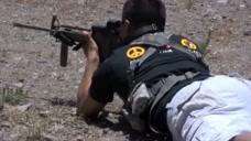 AR15卡宾枪 单手上膛,精准无误的快速射击。