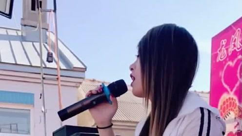 女歌手唱一首流行歌曲,浓浓的情意,听一遍就