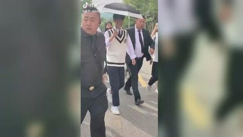 肖战在拍MV