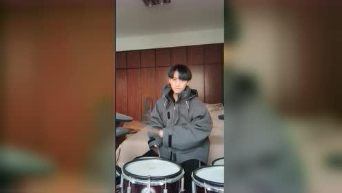 会玩音乐的小哥哥太帅了,不知道他有没有对象
