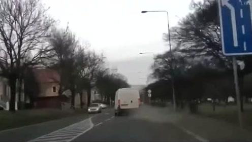 老外街头恶搞,把小偷关在汽车后舱里面,在路