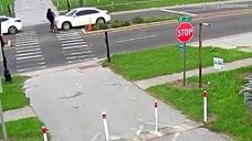"""男子骑车过马路""""实力作死""""遭撞飞 警方:抓司机"""