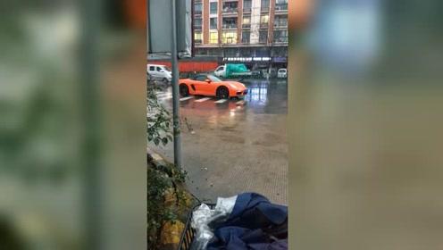 雨中的保时捷 718这是在等副驾驶吧?