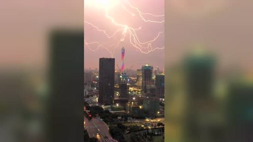 自拍过程中,不经意拍到闪电击中广州塔,场面太震撼了!