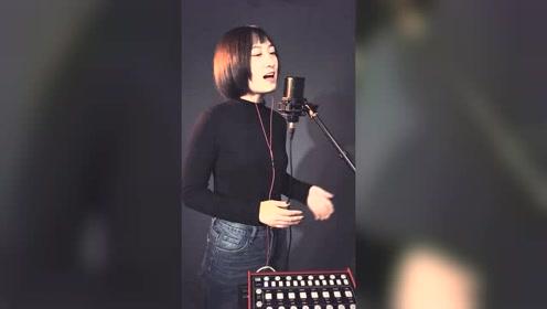 短发美女翻唱歌曲《探清水河》精彩好听,大家听听看
