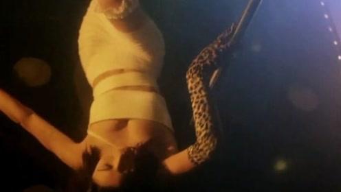美女这钢管舞可爱十足,眼神魅惑,给人一种想驯服她的冲动!