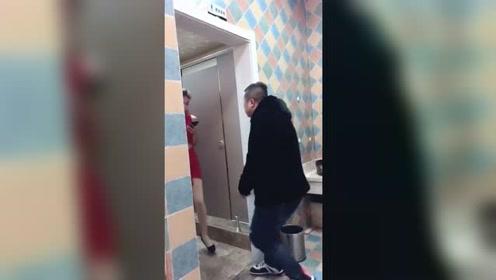 男厕所里出现一个美女,还挺淡定的,这是啥情况
